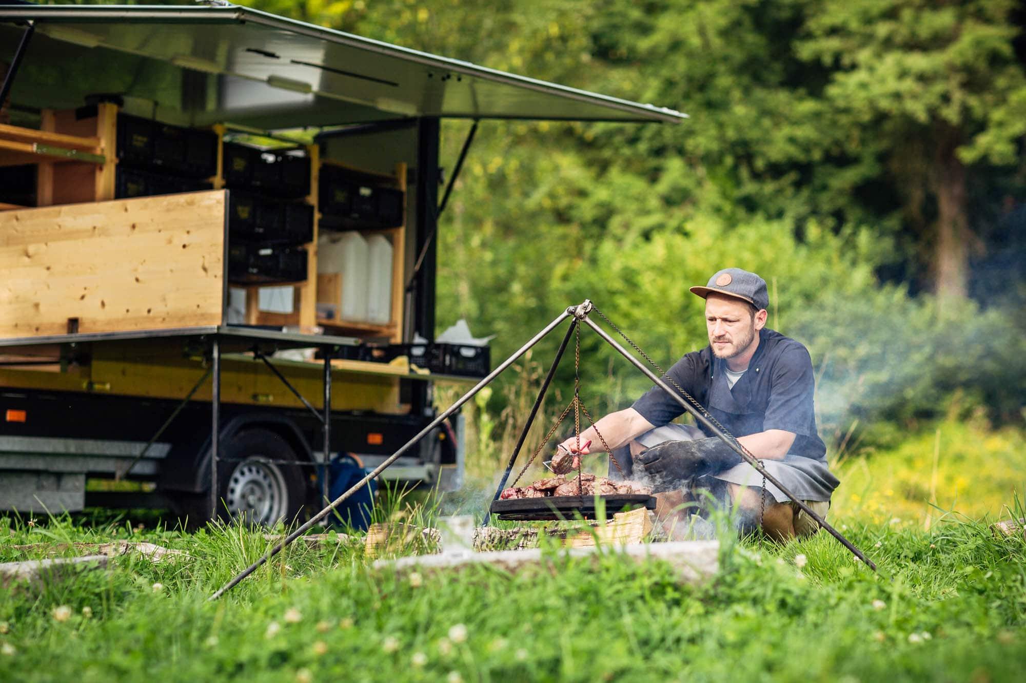 Koch David Bucher grilliert auf Feuer Rindsfilet