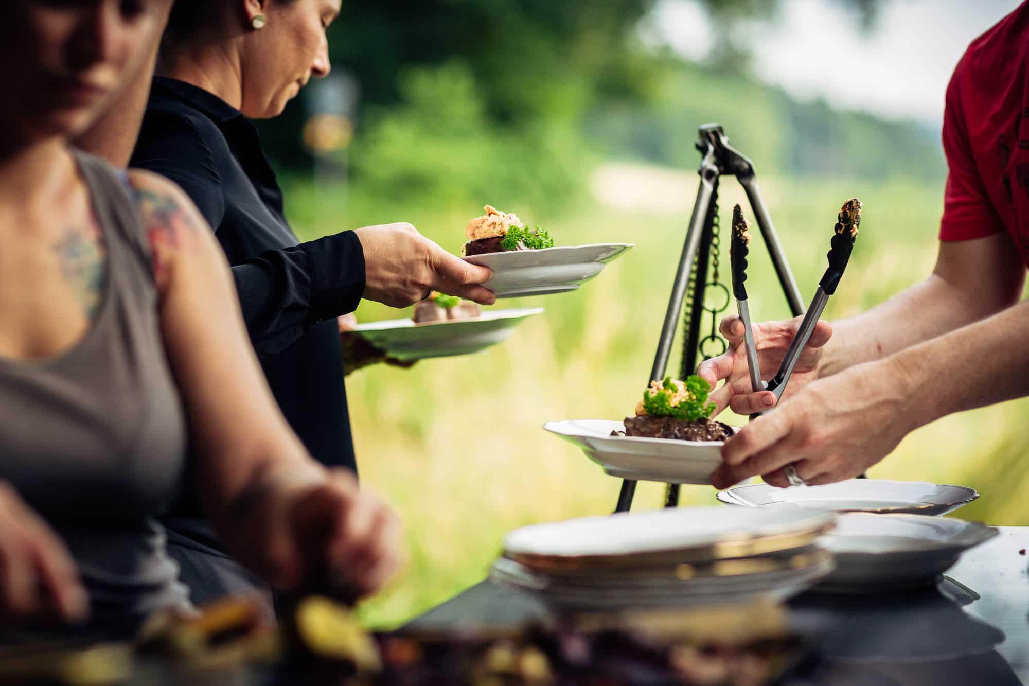 Rindsfilet mit Kräuterbutter und Gemüse wird angerichtet