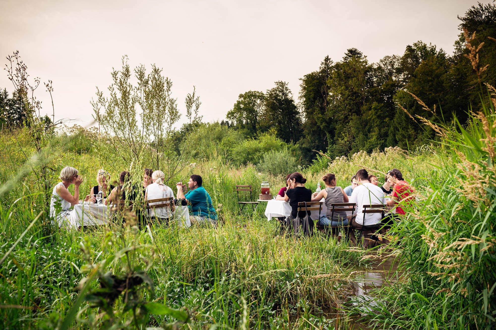Catering in der Natur im Bach mit Wald und Gras